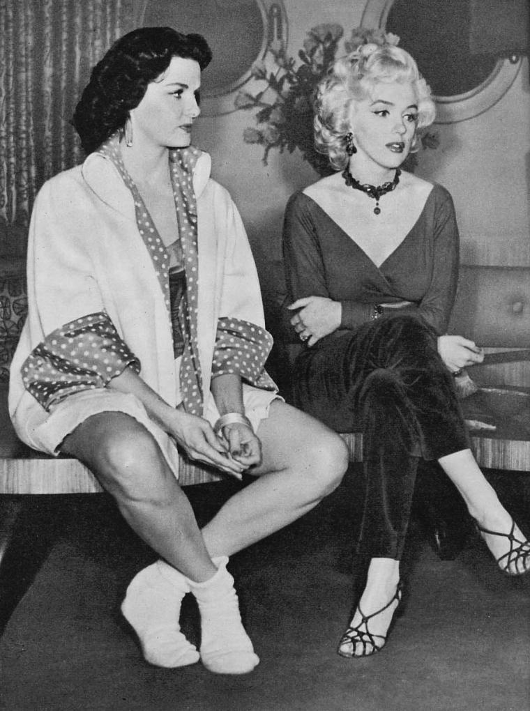 """1953 """"Gentlemen prefer blondes"""" (Les hommes préfèrent les blondes) de Howard HAWKS / SONDAGE 2005 / Les hommes préfèrent…les brunes…mais les femmes ne le savent pas ! C'est officiel. Les hommes se sont exprimés de façon très majoritaire. En ce qui concerne la couleur de cheveux, leur type de femme préféré, c'est d'abord les brunes (56%). La préférence est certes encore plus marquée auprès des hommes les plus jeunes (60% des moins de 35 ans affirment préférer les brunes) mais elle est aussi majoritaire auprès des plus âgés (50% des 35 ans et plus). Quant aux blondes, elles se retrouvent loin derrière puisque seulement 28% de la gente masculine nous affirme qu'elles sont leur type de femme préféré. Elles pourront trouver une certaine forme de compensation en se disant que les rousses semblent moins appréciées qu'elles (seulement 6% des hommes les ont choisies). Reste que les femmes ne sont pas de cet avis. Pour elles, les choses sont claires : les hommes préfèrent les blondes. Elles en sont majoritairement persuadées (58%). Seulement 31% d'entre elles pensent à juste titre que la gente masculine préfère les brunes. Par ailleurs, elles se montrent encore plus """" féroces """" que les hommes avec les rousses puisque seulement 1% d'entre elles estiment qu'elle est leur type féminin idéal."""