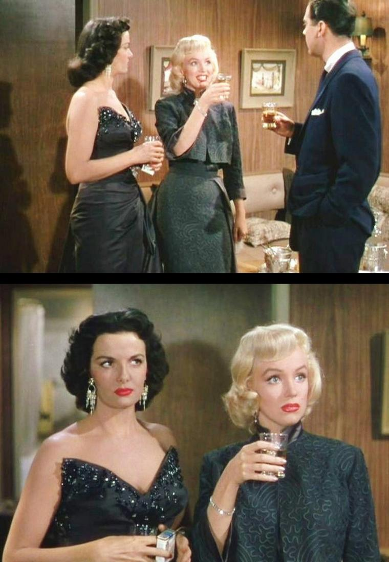 """1953 """"Gentlemen prefer blondes"""" (Les hommes préfèrent les blondes) de Howard HAWKS / CRITIQUE / La chorégraphie sert à merveille ce combat contre le machisme : panthère soyeuse mais affamée, Jane ondule dans une forêt d'hommes musclés, juste bons à se ranger en haie d'honneur pour laisser passer Madame... Tous les héros masculins sont dépourvus de séduction. Contrairement au titre, les hommes ne préfèrent ni les blondes ni les brunes. Ils n'ont pas d'avis. Howard HAWKS avait sous-estimé, à l'époque, la force satirique de son film. Mais, en expliquant qu'il avait « de très bonnes scènes rien qu'en faisant marcher les deux actrices dans une pièce », il avait vu juste !"""
