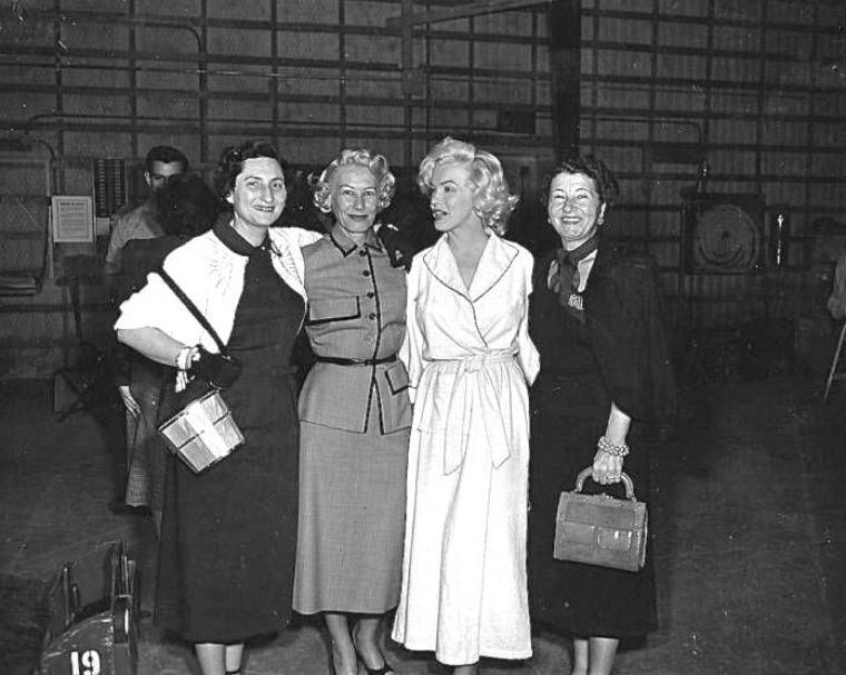 """1953 """"Gentlemen prefer blondes"""" (Les hommes préfèrent les blondes) de Howard HAWKS / (Photos de Marilyn lors du tournage, notamment avec ses habilleuses et photos de la scène où Marilyn se prépare dans sa loge pour son grand show en solo où elle chante """"Diamonds are a girl's best friends"""")."""