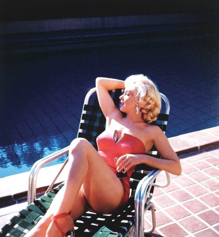 """1953 pub """"Coca-cola"""" sous l'oeil d'Harold LLOYD à """"Greenacres"""" / On remarque que Marilyn porte le fameux maillot qu'elle arborait dans le film """"How to marry a millionaire"""" (part 2)"""