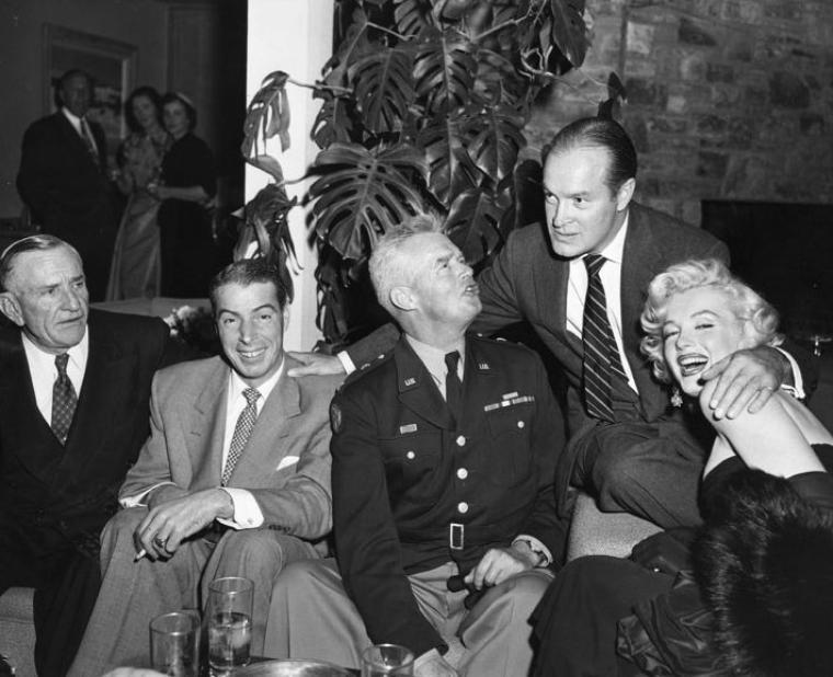 1953, Marilyn et son fiancé Joe DiMAGGIO sont les invités lors d'une soirée chez Bob HOPE.