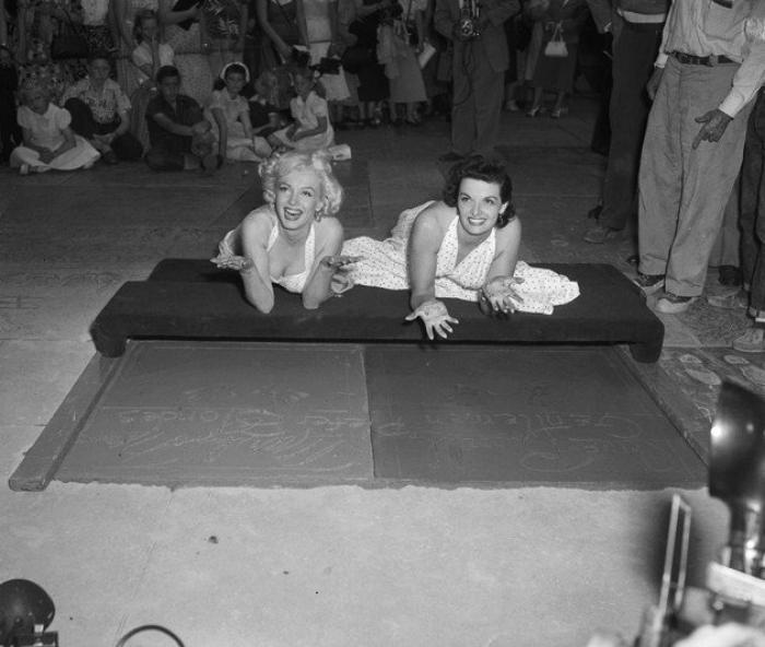 """26 Juin 1953 """"Grauman's Chinese Theatre"""" (part 3) / ANECDOTE / Marilyn suggéra que pour mieux rester fidèles à leurs célébrités, Jane (pour laquelle Howard HUGUES avait dessiné un soutien-gorge spécial) aurait dû se coucher par terre pour poser la forme de ses seins, et qu'elle-même se serait assise pour laisser celle de ses fesses ! L'idée n'ayant bien sûr pas été retenue, elle demanda qu'un diamant fut posé pour le point de son """"i"""" de """"Marilyn"""" en l'honneur de la chanson du film """"Diamonds are a girl's best friends"""". Un diamant de fantaisie fut placé, mais rapidement descellé et volé."""
