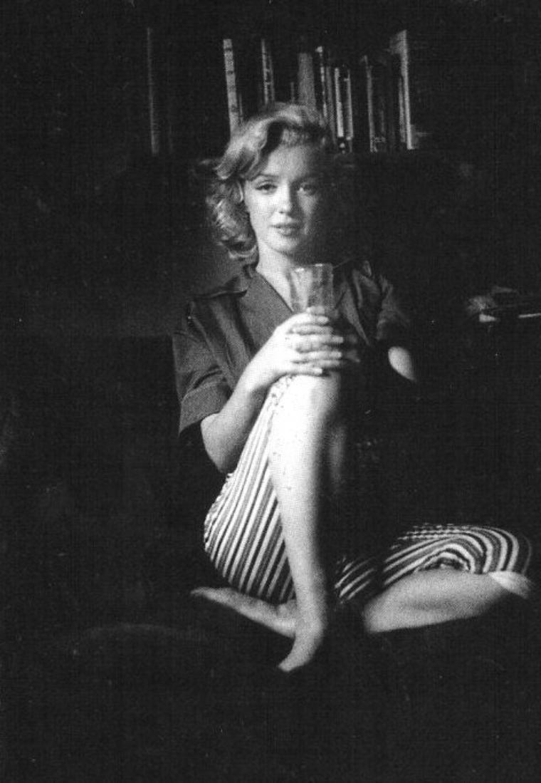 "1953, Marilyn by Milton GREENE, session ""SCHENCK House"" / En effet Marilyn pose chez Joe SCHENCK, le fameux co-patron de la Fox."