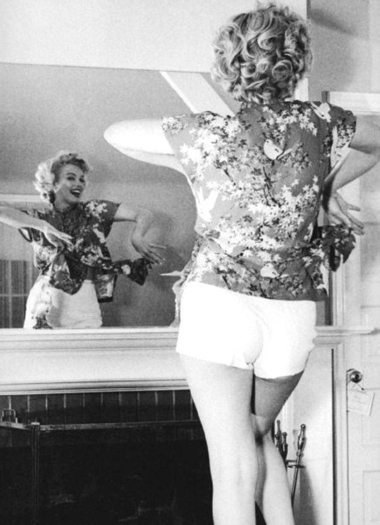 """1953 DIVERSES PHOTOS de Marilyn non classées lors de différentes manifestations ou sessions (notamment une photo de Marilyn aux côtés de la poétesse Edith SITWELL), avant de poursuivre avec son départ pour le Canada afin d'y tourner les extérieurs du film """"River of no return""""."""