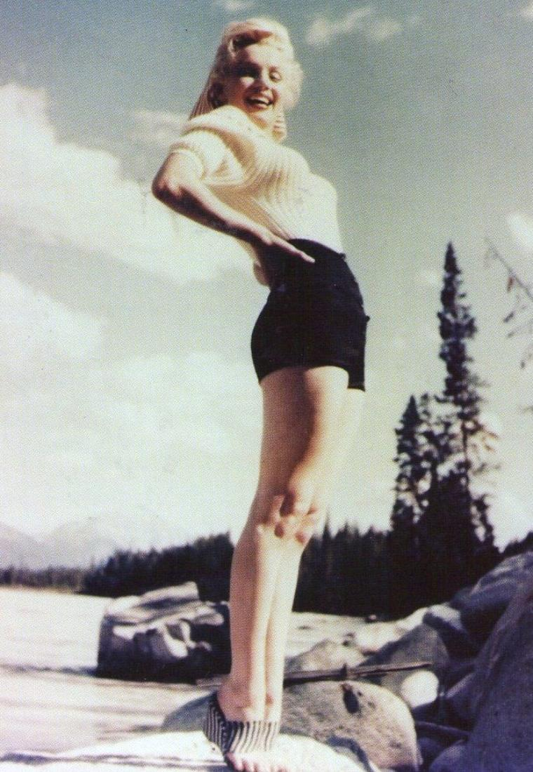 "1953, Marilyn lors du tournage de ""River of no return""."
