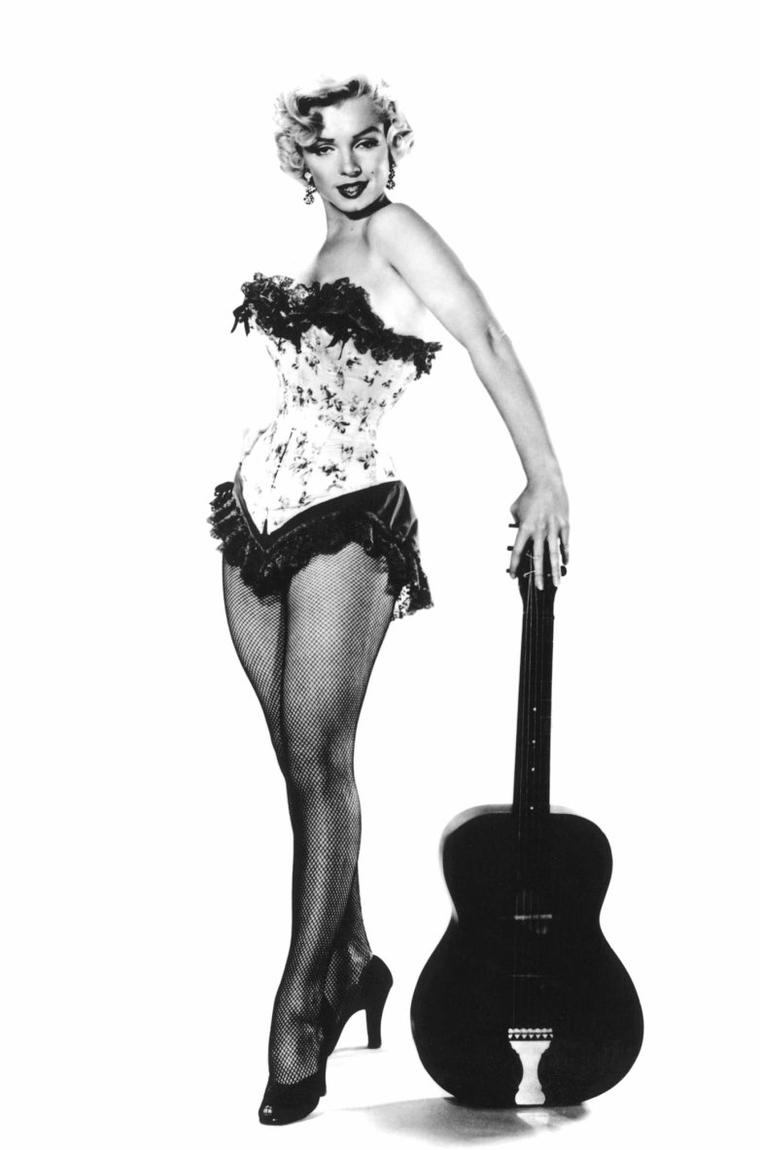 "1953, photos publicitaires de Marilyn en corset et guitare, signées Bruno BERNARD et Frank POWOLNY pour le film ""River of no return""."