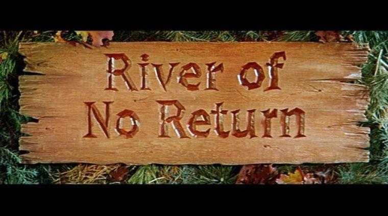 """1953, """"River of no return"""" (La rivière sans retour) d'Otto PREMINGER (photos de tournage et photos du film) / SYNOPSIS / Après une absence de plusieurs années, Matthew CALDER arrive dans un camp de chercheurs d'or pour retrouver son fils, Mark, qui y erre depuis la mort de sa mère. Là, le garçon de 9 ans vit sous l'aile d'une chanteuse de bar : Kay. Le père promet à son fils une vie de chasse et de pêche, loin de la fièvre de l'or. Tous deux quittent le village et partent s'installer dans la vallée.   Kay et son fiancé, Harry WESTON, un joueur de cartes, rêvent eux aussi d'une vie meilleure. Celui-ci voit sa chance surgir lorsqu'il gagne une propriété minière au poker. C'est l'occasion pour lui d'enfin devenir riche. Le couple part alors à Council-City pour y enregistrer le bien. Ils construisent pour cela un radeau de fortune qui leur permettra de descendre la rivière jusqu'à la ville. Les deux amants se retrouvent pris dans des rapides et perdent le contrôle de leur embarcation. Heureusement, le cours d'eau passe juste à côté de la ferme isolée que Matt et son fils ont démarrée. Ceux-ci parviennent à sauver le couple de la noyade. Matt apprend à Harry qu'il ne peut pas atteindre la ville en passant par l'eau, car les rapides et cascades sont trop dangereux. Harry assomme alors son sauveur, lui vole son fusil et son cheval, et continue son chemin par les terres. Kay décide de ne pas l'accompagner mais de l'attendre à la ferme pour s'occuper de Matt qu'il a blessé. Les trois protagonistes se retrouvent seuls dans la vallée. Sans arme et sans cheval, ils sont sous la menace des indiens qui rôdent dans la région. Ceux-ci ne tardent pas à les attaquer. Ils n'ont qu'une solution : fuir par la rivière en reprenant le radeau. Tandis qu'ils s'éloignent, les indiens brulent la ferme. Matt décide de se rendre à Council-City pour y retrouver son agresseur. Alors qu'ils sont arrêtés sur la rive pour passer la nuit, Kay tente de convaincre Matt que Harry n'est pas un mauvais ho"""