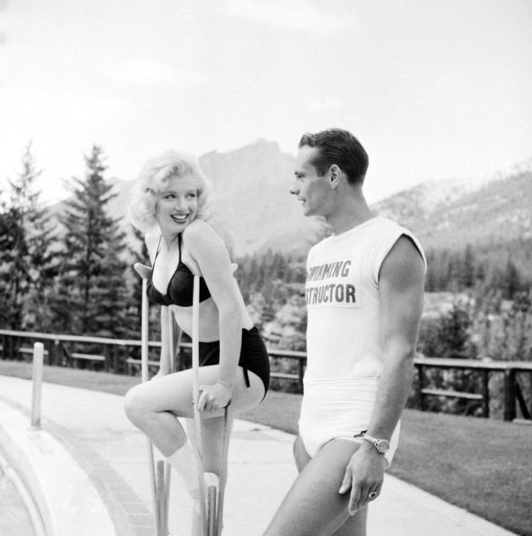 """1953, Marilyn près et à la piscine de l'hôtel à Banff (Canada) lors du tournage du film """"River of no return"""" d'Otto PREMINGER sous l'objectif de John VACHON (part 4)."""