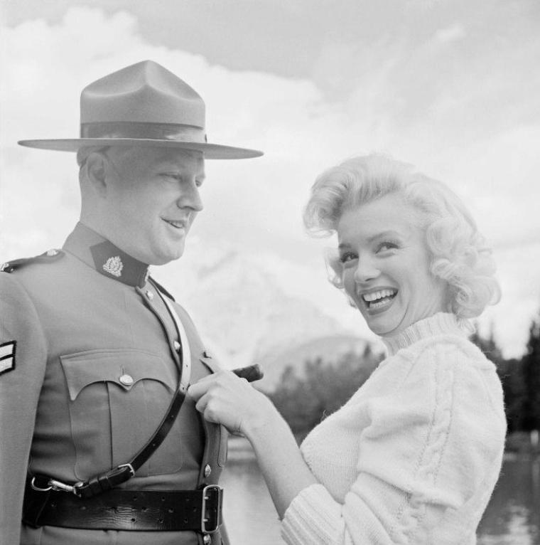 """1953, Marilyn photographiée à Banff au Canada, lors du tournage du film """"River of no return"""" d'Otto PREMINGER / CLICHES signés John VACHON et Allan SNYDER, son maquilleur (part 7)."""