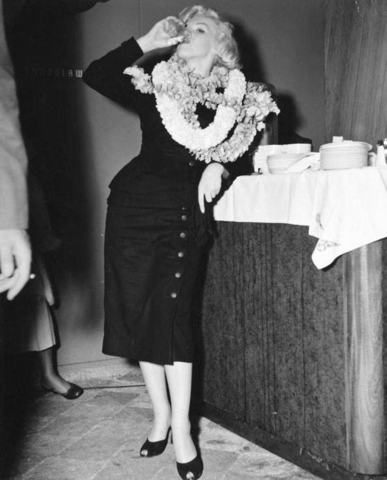 """Le 30 janvier 1954, Marilyn et Joe font une escale à Honolulu (à Hawaï). En provenance de Los Angeles, le couple attend l'avion qui les emmènera au Japon. Lorsque l'avion Pan American flight 831 se pose sur le sol d'Honolulu, des centaines de fans sont présents, hurlant """"Marilyn! Marilyn!"""". La sécurité n'avait pas prévu ces débordements. C'ést une véritable cohue: la foule entoure Marilyn, s'accrochant à ses vêtements et ses cheveux. Certains fans ont même déclaré être parvenu à arracher des mèches de ses cheveux ! Finalement, la police va parvenir à éloigner la foule et à escorter le couple jusqu'à un salon de l'aéroport."""