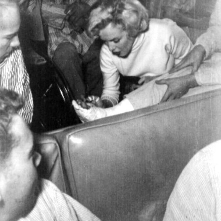 10 Février 1954, toujours très sollicitée, Marilyn se rend dans un nouvel hôpital, celui de la 118ème division pour de nouveau remonter un peu le moral de tous ces blessés signant également quelques autographes au passage. Un voyage de noce plutôt mouvementé !