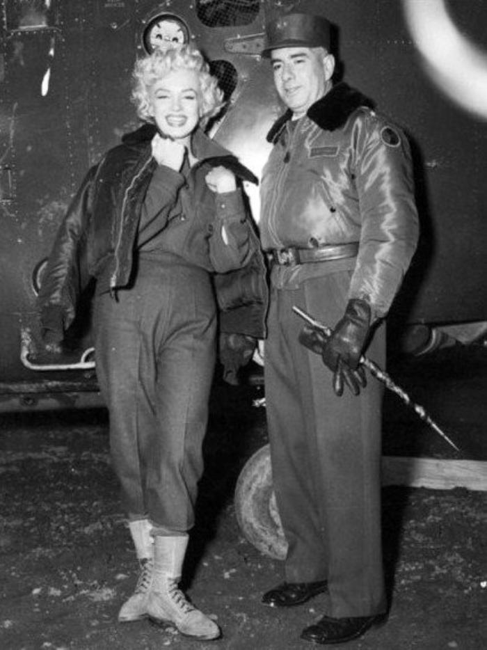 """Elle se rend ensuite à la base de la """"7th Infantery"""" où elle donne un concert en début de soirée. Le concert a lieu cette fois-ci dans une grande tente contenant une partie scène sur estrade. Marilyn porte à son arrivée une veste scintillante assortie à sa robe, qu'elle ôte pour chanter. Le public est enthousiaste. Témoignage de John T. JONES, un soldat de la """"7th Infantery"""" qui assista au concert : """"Marilyn se donnait à fond pour les troupes. Pendant que les avions passaient au-dessus de nous pour voler vers le nord, elle chantait, dansait et plaisantait avec les soldats. Les gars adoraient ça et l'applaudirent longuement. Après le spectacle, certains montèrent sur la scène, et leur donna des autographes et des photos. Je connaissais Marilyn parce qu'elle passait à la radio le soir, sur le réseau des Forces armées. Nous adorions cette fille, et nous n'aimions pas quand la presse en disait du mal."""""""