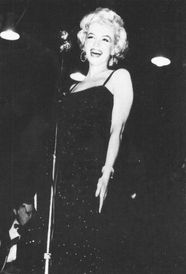 """Le troisième jour, Marilyn se rend à la base de la """"45th Division"""". Après son arrivée, on l'emmène faire un tour de la base en jeep. Marilyn est accompagnée de trois officiers, emmitoufflés dans leur parka bien chaud et casquette de fourrure. Tandis que Marilyn, dans sa tenue ensemble kaki; elle ne porte, cette fois-ci, pas de blouson. A force de braver ce froid sans se couvrir pleinement, elle attrapera la fièvre et un début de pneumonie à son retour au Japon. Les soldats, nombreux à s'être déplacés, s'agglutinent autour de Marilyn, pour tenter de l'apercevoir, de lui parler, d'obtenir un autographe et de prendre une photographie.  Elle se produit ensuite sur scène. L'estrade est plutôt courte, peu haute et Marilyn est placée au bord, ce qui la rapproche davantage du public masculin.  Après, Marilyn se rend à la base de la """"2nd Division"""". Les officiers l'emmènent faire une visite de la base en jeep. Marilyn reste debout dans la jeep, pour saluer les nombreux soldats regroupés autour du véhicule. Elle est ensuite escortée pour une ballade à pied, sur le sol enneigé. Marilyn garde le sourire en toute circonstance et n'hésite pas à aller à la rencontre des soldats, plaisantant avec eux et posant avec entrain pour les photos."""