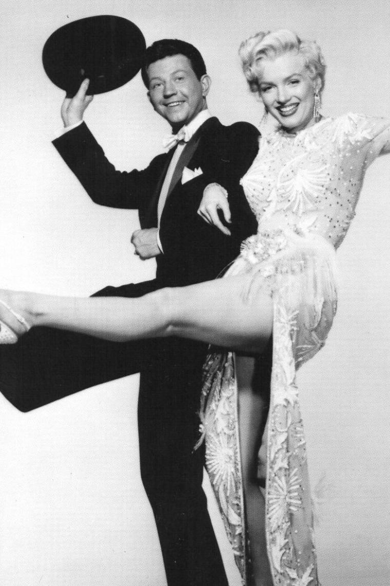 """1954, PHOTOS PROMOTIONNELLES de Marilyn et Donald O'CONNOR pour le film """"There's no business like show business"""" (La joyeuse parade) de Walter LANG."""