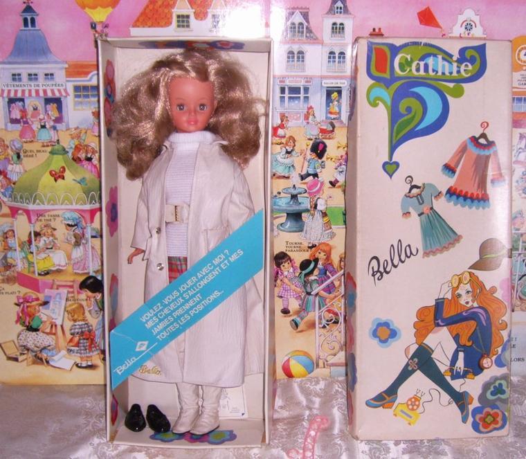 Vu sur e...Cathie de Bella en tenue d'origine de 1970, dans sa boite de présentation.