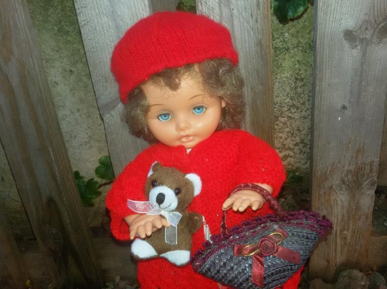 Toute vêtue de rouge