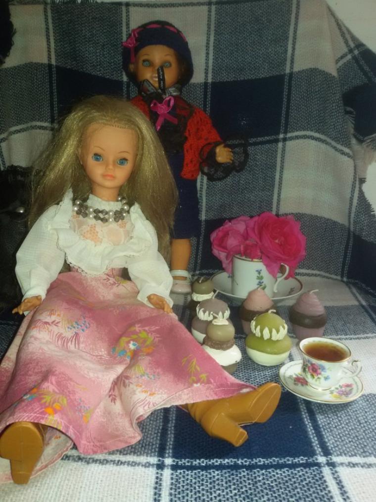 Annie est venue rejoindre Cathie.  4 photos.