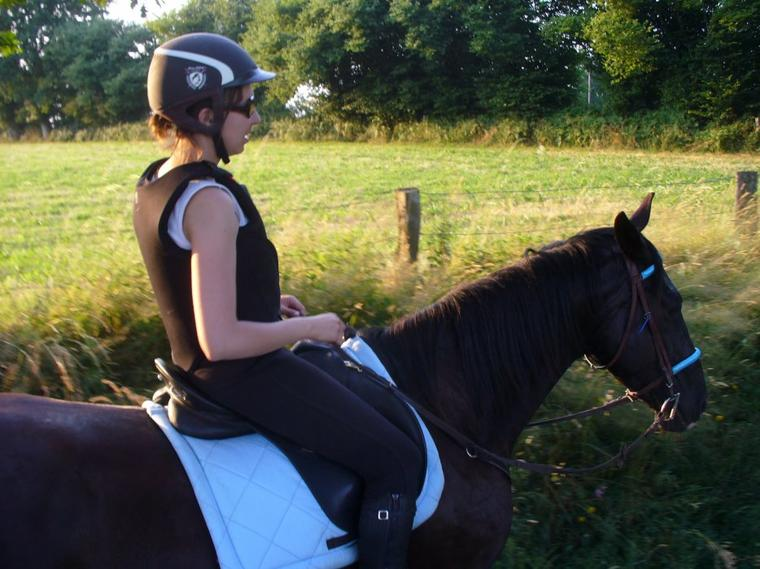 """""""Les chevaux sont d'humeur changeante ! Beaucoup de... poneys peuvent rendre la vie impossible à des écuyers confirmés, mais si vous leur mettez en selle un enfant ou un handicapé, les voilà qui deviennent doux comme des agneaux. Je ne sais pas pourquoi, mais ils se rendent parfaitement compte de la situation."""""""