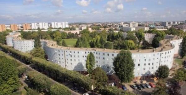 POUR UN EURO TU PEUX  MOURIR DANS     LE  93   EN  RAFALES  DE  KALASH
