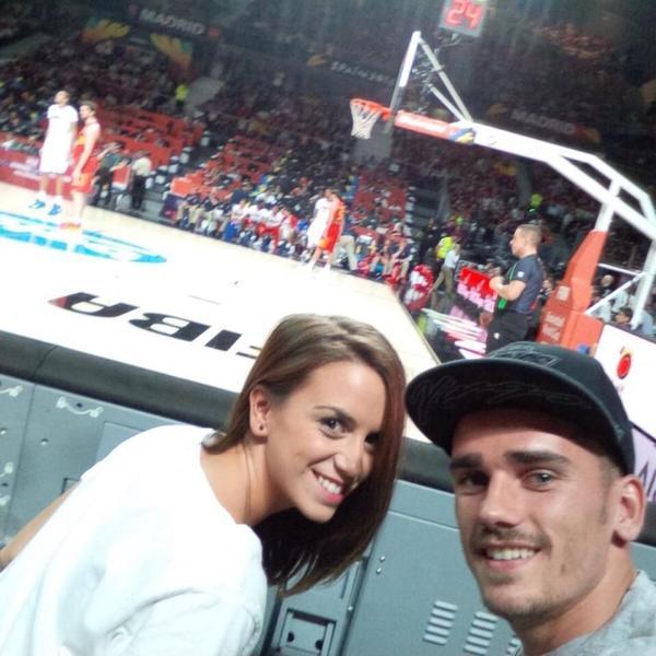 Erika Choperana et Antoine Griezmann au match de basket France - Espagne