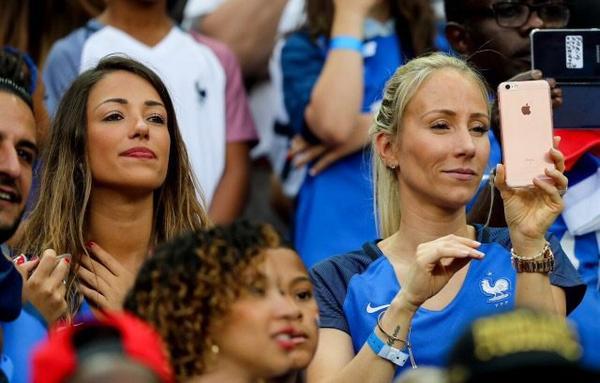 Camille Sold & Sandra Evra assistent à la finale France - Portugal au Stade de