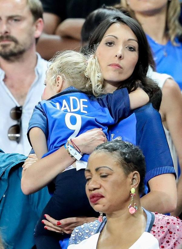 Jennifer Giroud & Claire Koscielny assistent à la finale France - Portugal au Stade de