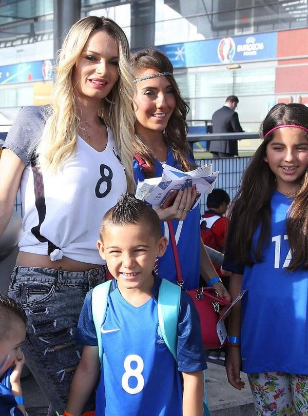 Ludivine Payet & Tiziri Digne au Stade de France pour France - Portugal
