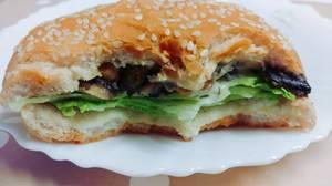 Hamburger aux scampis et champignons.