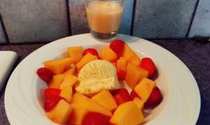 Fraises au sucre, crème de melon et réduction de caramel, glace à la vanille.