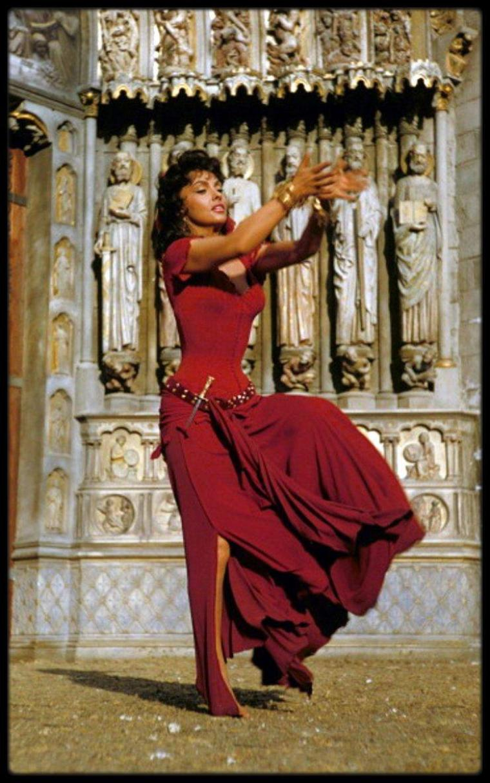 "(1956) Gina LOLLOBRIGIDA est Esméralda dans le film ""Notre Dame de Paris"""