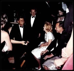 Quand les STARS se rendent à la rencontre de John FITZGERALD KENNEDY... Telles Marilyn, Lena HORNE, Carol LAWRENCE, Jack BENNY, Marlene DIETRICH, Fredric MARCH, Cliff ROBERTSON, Angie DICKINSON ou encore Le Prince RAINIER et Grace KELLY...