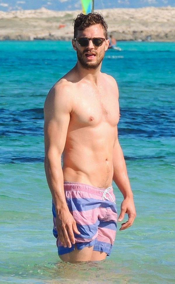 Jamie est à Ibiza pour des vacances avec sa famille. Trop sexy ! Spoilers: Jamie va être papa pour la deuxième fois :)