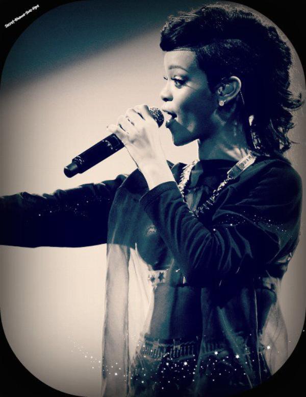 Rihanna on concert. On le vent son bras hahah :D
