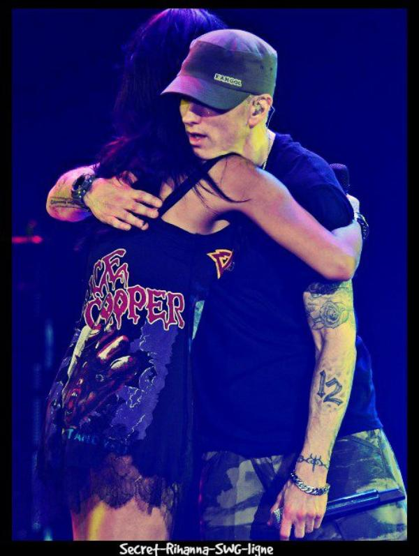 Rihanna qui fait un calin a eminem :D the monster