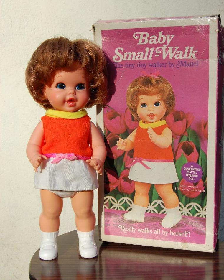 la poupée marcheuse mystérieuse se dévoile.