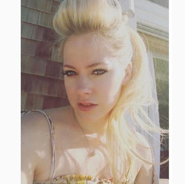 Après les Bahamas, Avril Lavigne se repose à Malibu