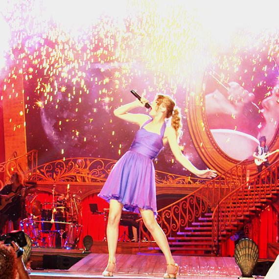 Bon anniversaire à Taylor-13-Swift. Le blog à maintenant 1 an. Merci pour vos commentaires, et surtout un grand merci à mes fans.