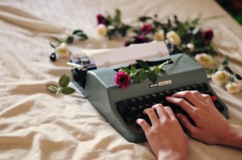 J'écris. J'écris. Je crie. C'est comme ça que mon âme a survécu à toutes ces conneries. Mon clavier crache c'qui m'écrase, mon encre vomi c'qui m'assombrit et c'est comme ça que je reste en vie.