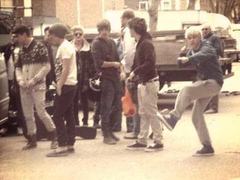 Sur le tournage de iCarly , Ils ont du refaire 9 fois une scène car Niall n'arrêtais pas de rire.