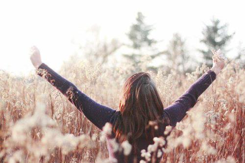 >>Pleurer la nuit dans son lit , et le lendemain passer la journée à rire et à sourire , c'est ça être forte