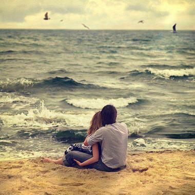 Le coeur d'une femme qui vit la distance est un océan de tristesse.