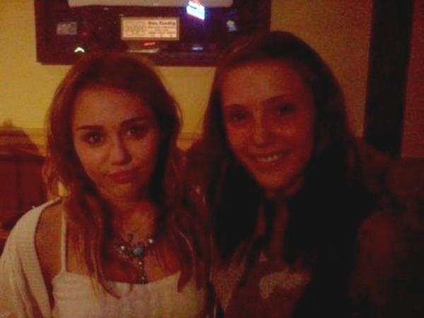 16 Juillet 2011 - Miley & une fan / Miley et Liam Chez Buffalo Wild Wings dans le Michigan
