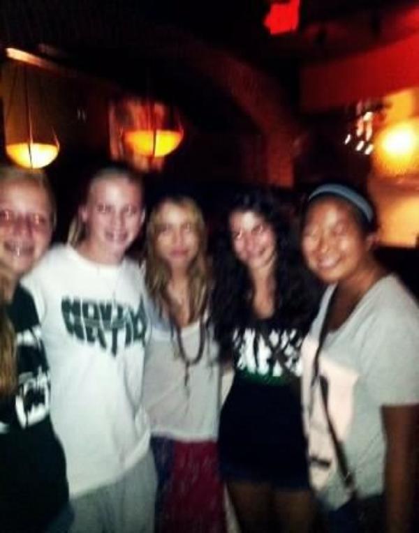 18 Juillet 2011 - Miley avec des fans