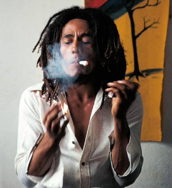 """"""" Quand tu fumes de l'herbe, elle te révèle à toi-même. Tout ce que tu fais de mal, l'herbe te le révèle, t'en rend conscient, elle te fait voir clairement au fond de toi-même parce que l'herbe fait méditer. C'est une chose naturelle qui pousse comme les arbres. """" - Bob Marley ♥"""