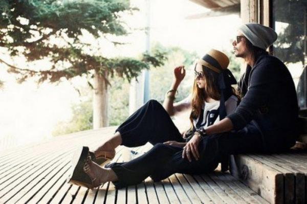 """"""" J'ai appris que pour être heureux, il faut avoir été très malheureux. Sans apprentissage de la douleur, le bonheur n'est pas solide. L'amour qui dure trois ans est celui qui n'a pas gravi de montagnes ou fréquenté les bas-fonds, celui qui est tombé du ciel tout cuit. L'amour ne dure qui si chacun en connaît le prix, et il vaut mieux payer d'avance, sinon on risque de régler l'addition à posteriori. Nous n'avons pas été préparés au bonheur parce que nous n'avons pas été habitués au malheur. Nous avons grandi dans la religion du confort. Il faut savoir qui l'on est et qui l'on aime. Il faut être achevé pour vivre une histoire inachevée. """" - F.Beigbeder."""