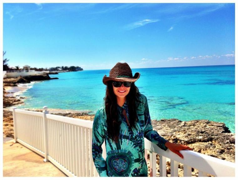 """Photo publiée par Nina sur son twitter avec un petit commentaire """"I mean... Come on!!! Have you seen water this blue???"""""""
