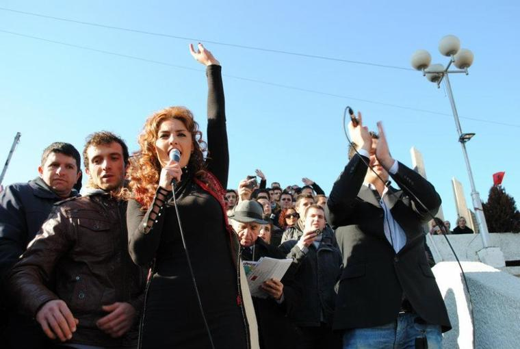 Genta Ismajli - Aleanca KUQ E ZI - Prishtinë, 28.11.11