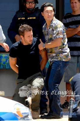Alex O'Loughlin vu sur le set du tournage de la saison 2 de Hawaii 5-0. Notre cher Steeve a l'air tourmenté... Affaire à suivre !