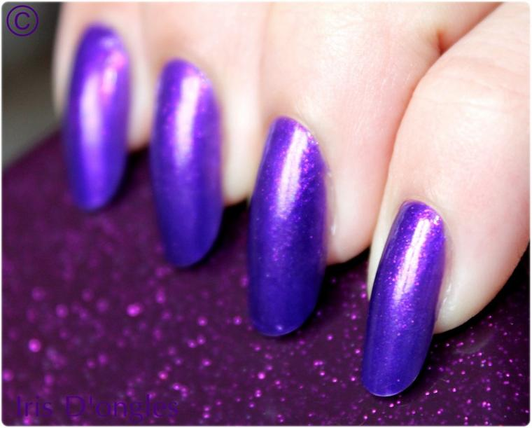 TEST: Vernis violet pailleté N°403 YES LOVE! (par dessus violet N°92 MISS EUROPE) sur ongles en amande