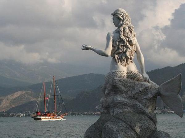 Que ce soit au Danemark ou en  Turquie, comme sur la photo, Il y a toujours une sirène qui Accueille les Marins !